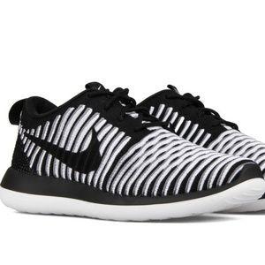 Nike Women's Roshe Two Flyknit Shoes 844929-001